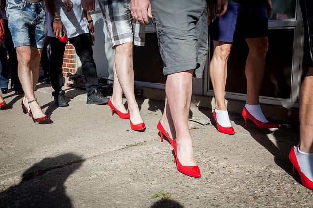 """""""A Mile In Her Shoes"""" : des hommes en talons pour protester contre les violences faites aux femmes"""